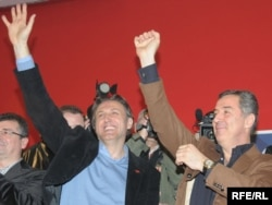 Lideri SDP-a i DPS-a Ranko Krivokapić i Milo Đukanović slave izbornu pobjedu, 2009. foto: Savo Prelević