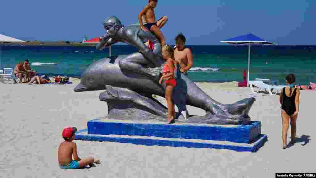 Визитная карточка поселкового пляжа – скульптура «Ихтиандр»