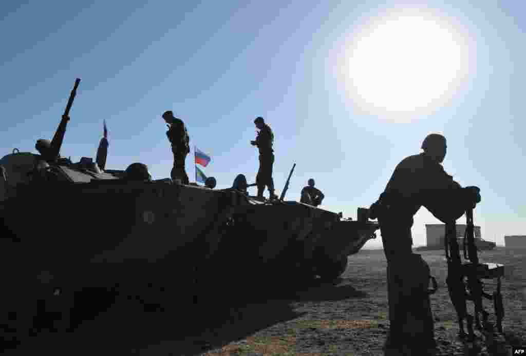 Ushtarë të forcave ruse të ndërhyrjes së shpejtë gjatë njëtrajnimi më 1 gusht, rreth 20 km jashtë Bishkekut, Kirgistan.