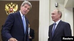 АҚШ мемлекеттік хатшысы Джон Керри (сол жақта) Ресей президенті Владимир Путинмен кездесуде. Сочи, 12 мамыр 2015 жыл.