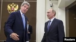 Джон Керри (с) һәм Владимир Путин (у)