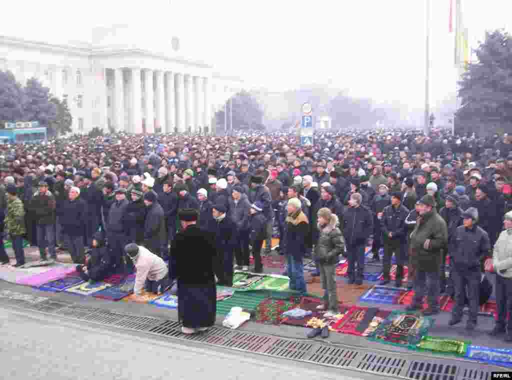 Айт намазга бул жолу жүз миңдей эл чогулганы айтылууда - Kyrgyzstan -- On Kyrgyz Muslims' Kurman Ait (Eid al-Adkha) Mass Prayer at the Square, Bishkek, 08dec08
