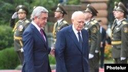 Армения -- Официальная церемония встречи президента Греции Каролоса Папульяса в резиденции президента Армении, Ереван, 30 сентября 2014 г.