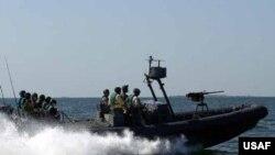 پنتاگون می گوید که پنج قایق تندروی ایرانی روز یکشنبه ناوهای آمریکایی را تهدید کرده اند.