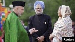 Претседателот на Авганистан Хамид Карзаи(Д) разговара со премиерите на Индија и на Бангладеш, Манмохан Синг(С) и Шеих Хасина(Л).
