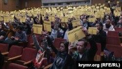 Архівне фото. На фестивалі Docudays UA глядачі фільму «Процес» виступили на підтримку Олега Сенцова. Київ, 25 березня 2017 року