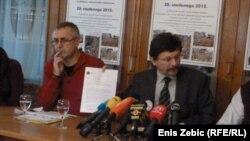 Vilim Ribič pokazuje poruke podrške industrijskih sindikata