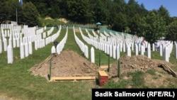 Potokari. Srebrenisa gyrgynçylygynyň 9 pidasy topraga berildi. 11-nji iýul, 2020.