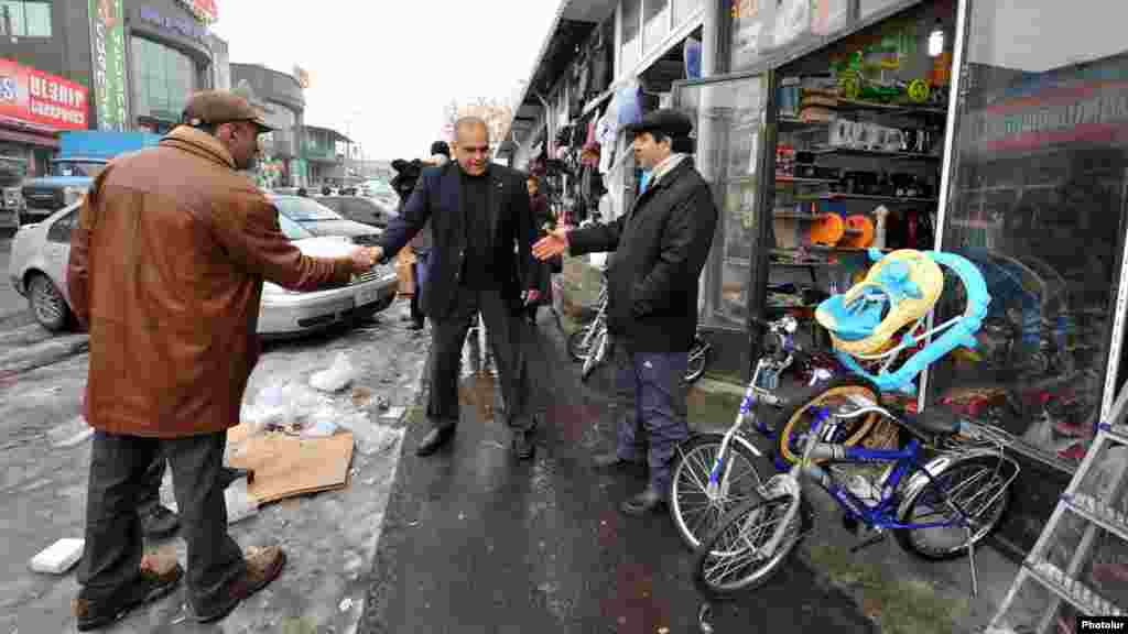 Armenia - Opposition presidential candidate Raffi Hovannisian campaigns in Yerevan, 23Jan2013.