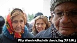 Иллюстрационное фото. Пенсионеры стоят в очереди, чтобы зарегистрироваться в программе помощи Всемирной продовольственной программы. Донбасс, октябрь 2015 года