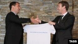 Дмитрий Медведев (слева) получает майку с адресом своей страницы в Facebook от Марка Цукерберга, 1 октября 2012