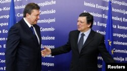 European Commission President Jose Manuel Barroso (right) welcomes Ukrainian President Viktor Yanukovych to Brussels.