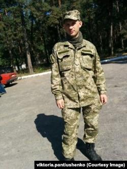 Богдан Пантюшенко мобілізувався у 1-шу танкову бригаду у 2014 році. 18 січня 2015-го він потрапив у полон поблизу Донецького аеропорту