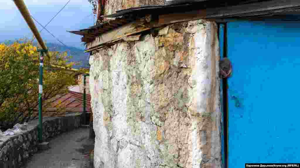 Bu divar – Qırımda eñ dülber tanılğan camilerden birinden qalğan yekâne şey. Cami 1927 senesi olğan küçlü yer teprenüvine dayandı, lâkin sovetler tarafından viran etildi