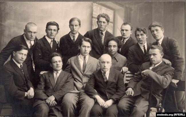 Літаратурнае аб'яднаньне «Ўзвышша». Язэп Пушча і Адам Бабарэка сядзяць у першым шэрагу зьлева, 1928 г.