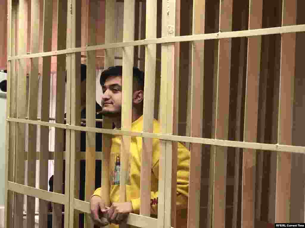 21-летний Самариддин Раджабов, уроженец Таджикистана,участвовал в акции 27 июля, был арестован по административной статье. На суде по административной статье не признал вину. По версии следствия, кинул пластиковую бутылку в сотрудника правоохранительных органов и попал ему в шею