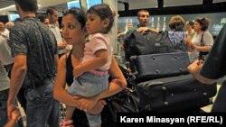 Սիրիահայերը շարունակում են ժամանել «Զվարթնոց» օդանավակայան, արխիվ