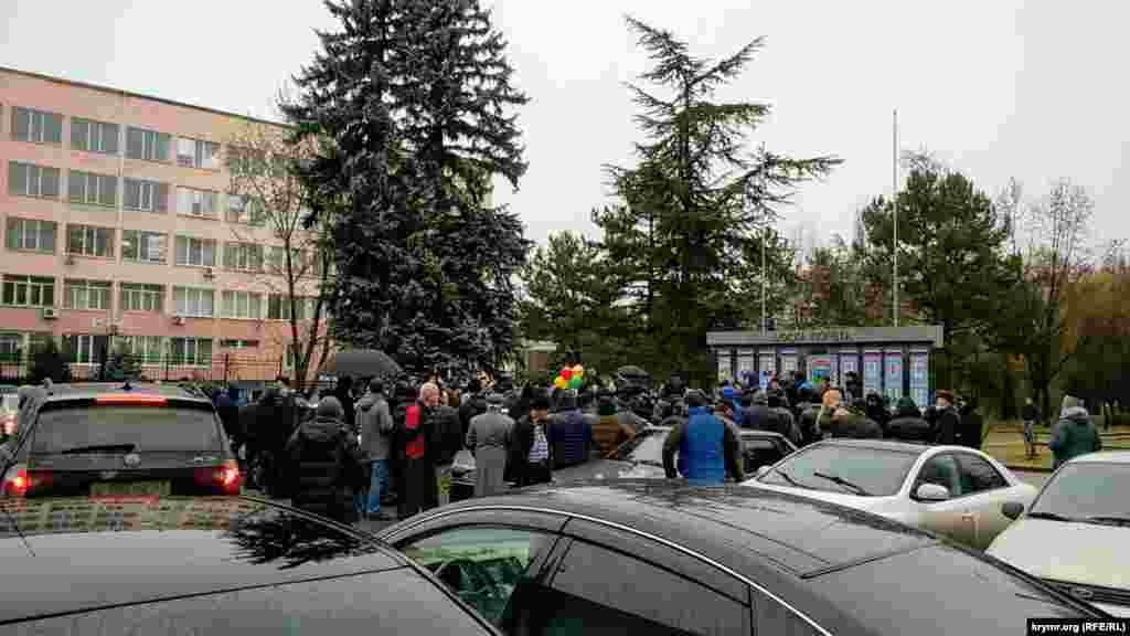 Faaller vaqtınca tutuv nezarethaneden çıqqan Emil Kurbedinovnı sarıp aldı