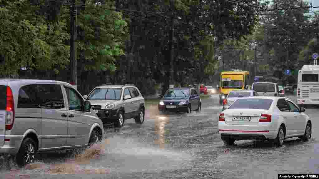 В Симферополе ливень усложнил движение на дороге. На некоторых улицах образовались пробки