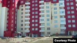 Частично разрушившаяся обшивка многоэтажки, построенной по государственной программе «Нурлы жер». Усть-Каменогорск, апрель 2021 года