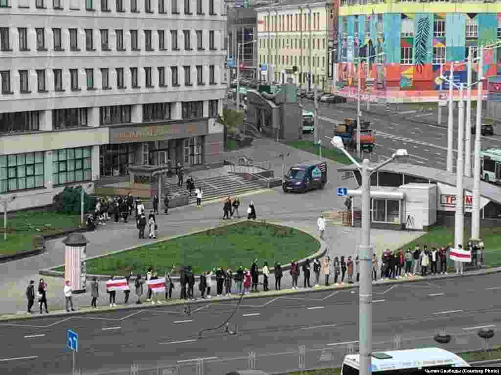 Цепь солидарности возле Института журналистики БГУ