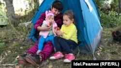 Участница палаточного протеста с детьми