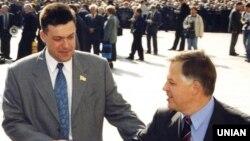 Голова ВО «Свобода» Олег Тягнибок (ліворуч) і лідер КПУ Петро Симоненко вітають один одного біля будівлі Верховної Ради у Києві. Архівне фото