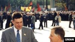 Народний депутат, голова ВО «Свобода» Олег Тягнибок (ліворуч) і лідер КПУ Петро Симоненко вітають один одного біля будівлі Верховної Ради в Києві в 2003 році