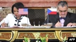 کاندوليزا رايس و کارل شوارزنبرگ، وزيران امور خارجه آمريکا و جمهوری چک. (عکس: AFP)