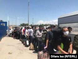 Граждане Узбекистана стоят в очереди у пункта пропуска «Жибек жолы», чтобы перейти границу и попасть на родину. Туркестанская область, 2 июня 2020 года.