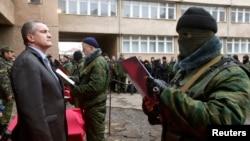 Сергей Аксенов на церемонии принятия «присяги» бойцами «крымской самообороны», 10 марта 2014 года