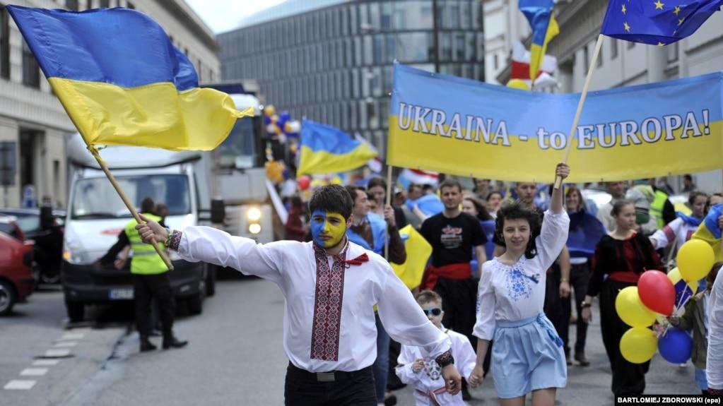 На Сході а також серед прихожан УПЦ МП з думкою про те, що росіяни та українці – один народ, погоджуються понад 60 відсотків, свідчать результати опитування