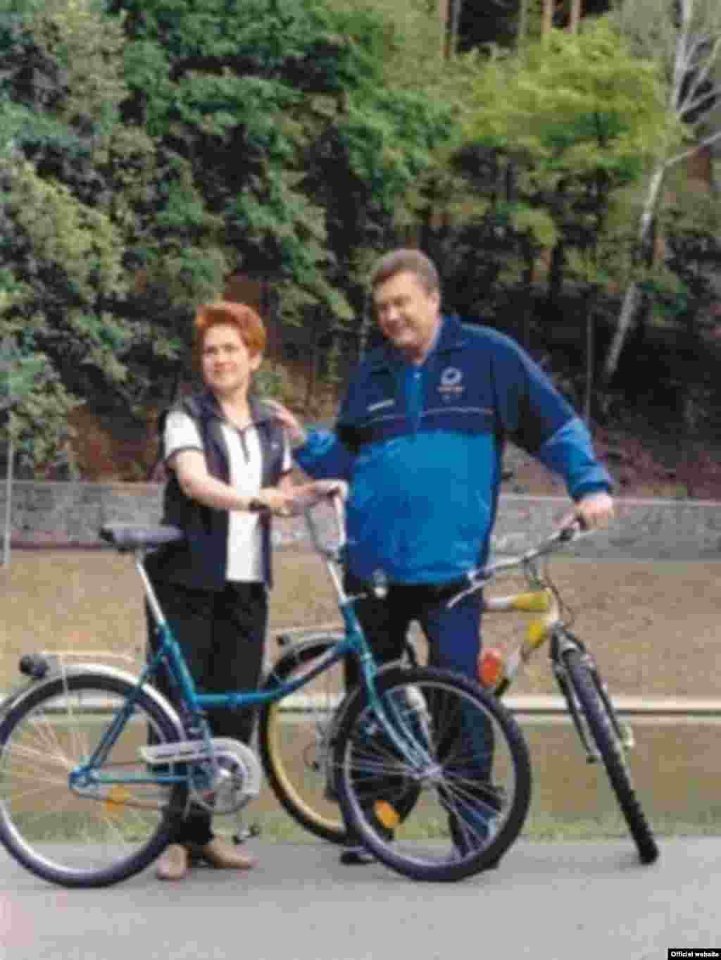 На велосипедах із дружиною Людмилою (фото сайту yanukovych.com.ua)