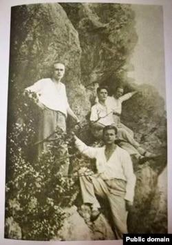 Міхась Зарэцкі (першы зьлева). 1925 год
