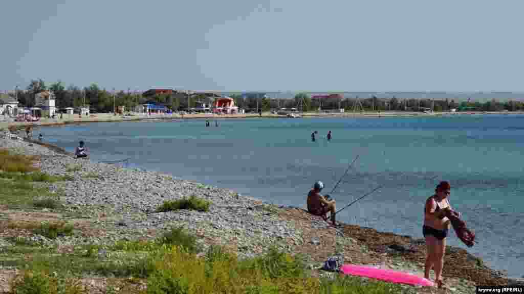 На пляжі можна побачити хіба що нечисленних пенсіонерів і бюджетників з російського Сибіру, розповідають місцеві жителі