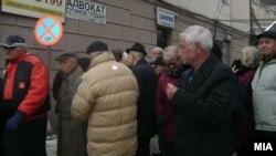 Пензионери протестираа мирно во центарот на Велес. Тие побараат пратениците во Парламентот да го донесат буџетот за 2013 година.