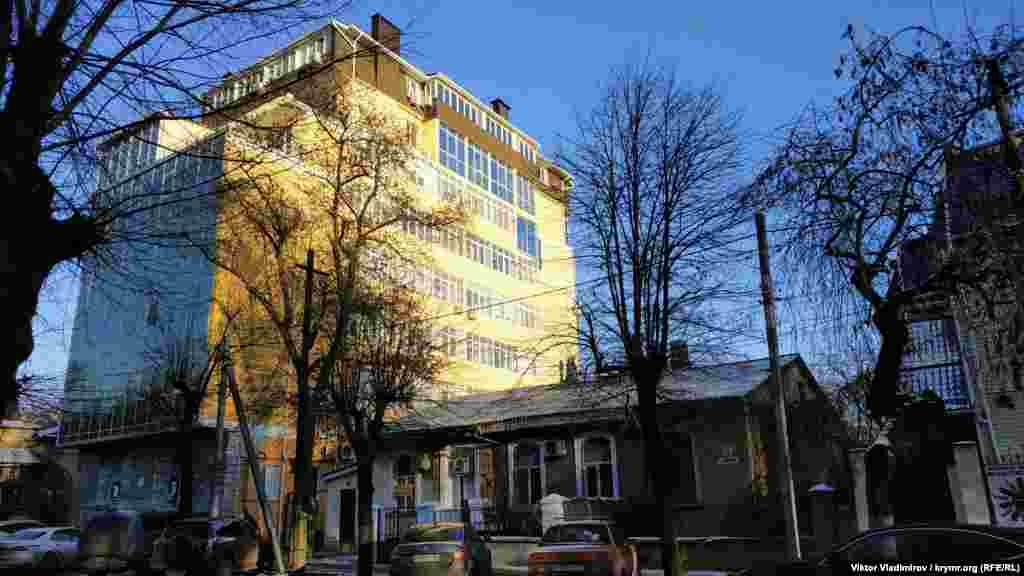 Отдельные строения на улице Шмидта не выдерживают никаких архитектурных норм. Рядом со старыми зданиями вдруг выросла стеклянно-бетонная конструкция
