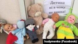 Дитячі іграшки біля будівлі церкви УПЦ (МП) на знак протесту проти відмови священиками цієї церкви відспівати загиблого дворічного хлопчика. Запоріжжя, 5 січня 2018 року