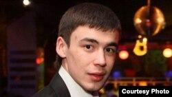 Динар татар дискәтүкләрен үзенчә алып бара, аның һәр нәрсәгә үз карашы бар