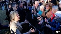 Кандидат в президенты США от Демократической партии Хиллари Клинтон рядом с избирательным участком в день выборов. Чаппакуа, штат Нью-Йорк, 8 ноября 2016 года.