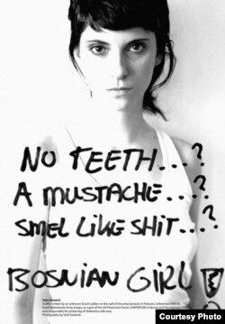 """Autoportret, sa natpisom """"No teeth…? A mustache…? Smell like shit? Bosnian Girl!"""", koji je ispisao vojnik holandskog bataljona na zidovima Fabrike akumulatora u Potočarima"""