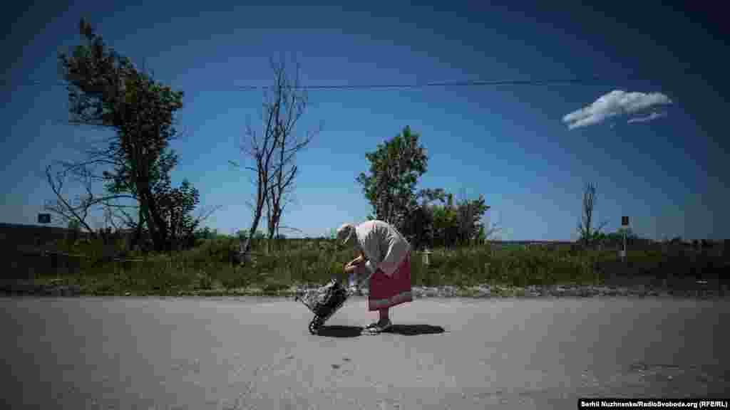 КПВВ «Станиця Луганська», піший перехід. У Луганській області це єдиний пункт пропуску. Щоденно люди літнього віку добираються на контрольовану Києвом територію, аби вирішити різного роду соціальні питання