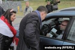"""Активисты разговаривают с посетителем ресторана """"Поедем Поедим"""" вблизи мемориального комплекса Куропаты, 6 июня 2018 года. Фото: svaboda.org"""
