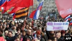 Пророссийские активисты во время митинга в Донецке, 15 марта 2014 года