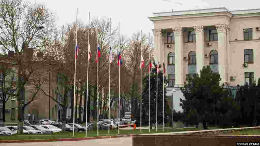 На зданиях приспущены флаги