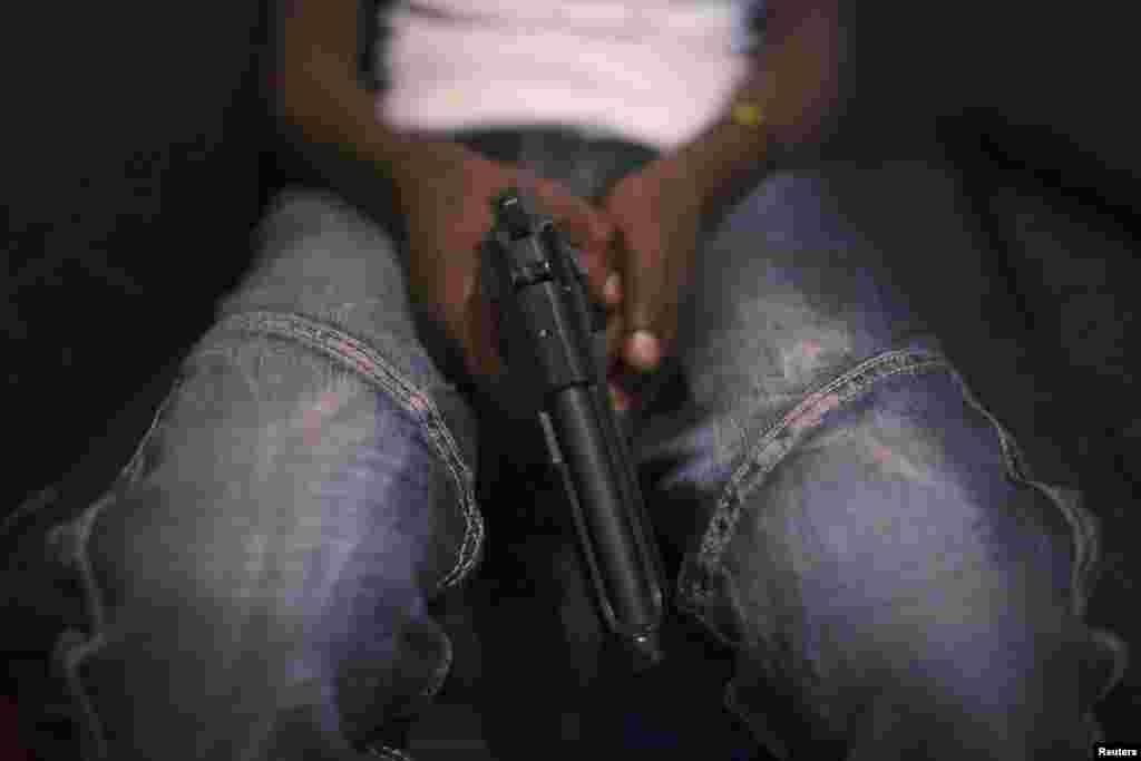По подсчетам правительства Кении, в стране – около 600 тысяч единиц нелегального огнестрельного оружия. Жители трущоб часто вооружаются для самозащиты, нередко простые споры заканчиваются перестрелками.