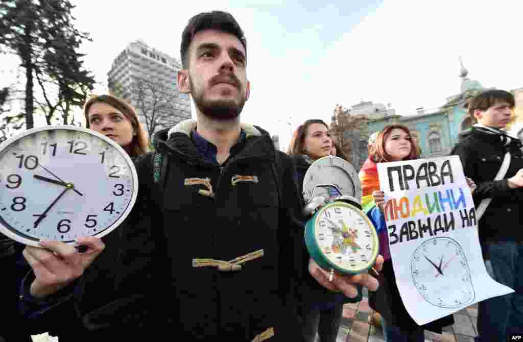 Акція незалежних громадських ативістів під Верховною Радою з вимогою ухвалити всі законопроекти, необхідні для «безвізового пакету» з ЄС. Київ, 12 листопада 2015 року БІЛЬШЕ ПРО ЦЕ