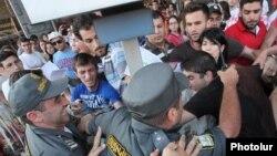 Столкновения между сотрудниками полиции и молодыми людьми, протестующими против подорожания проезда в транспорте, Ереван, 22 июля 2013 г.