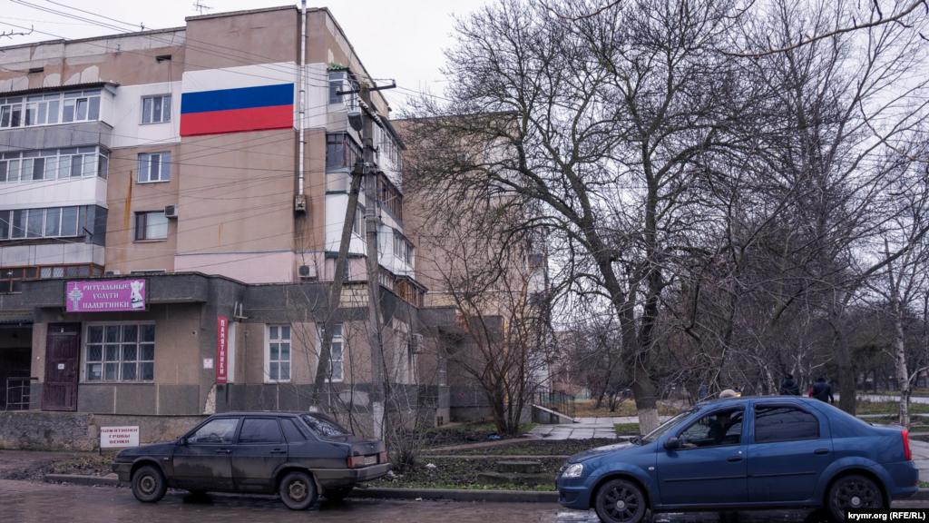 Магазин «Ритуальні послуги» в прибудові до п'ятиповерхівки на вулиці Першотравневій