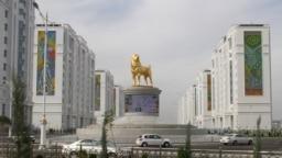 Статуя алабая в центре туркменской столицы